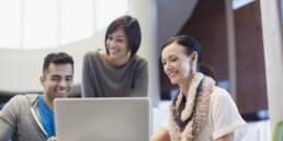 Geschäftsprozesse am Laptop, Zusammenarbeit zwischen Kolleginnen