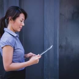 Geschäftsfrau benutzt Tablet